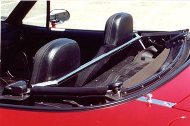 Originale Gurt-Strebe von Mazda (Quelle: http://www.mx-5.wheelspin.ch )
